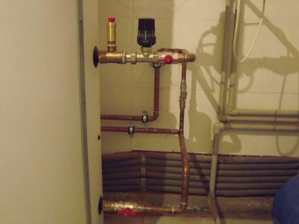 Термостатический клапан для регулировки температуры горячей воды