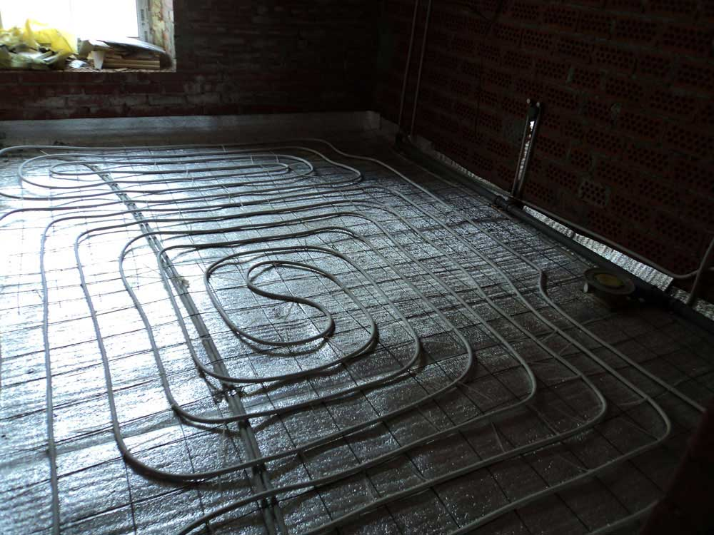Водяной теплый пол. Подводы к радиаторам отопленияВодяной теплый пол. Подводы к радиаторам отопления